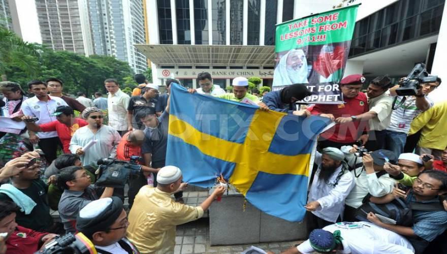 sweden-muslims-burn-flag