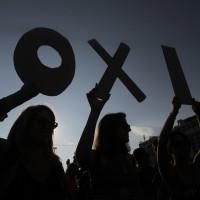 Διαδηλωτές κρατούν γράμματα που σχηματίζουν το ΟΧΙ κατά τη διάρκεια της διαδήλωσης στο Σύνταγμα  που διοργάνωσαν πολίτες, οι οποίοι τάσσονται υπέρ του «ΟΧΙ» στο δημοψήφισμα, Αθήνα, Παρασκευή 3 Ιουλίου 2015. Οι Έλληνες ψηφοφόροι θα ψηφίσουν την ερχόμενη Κυριακή αν εγκρίνουν ή όχι τα σκληρά μέτρα λιτότητας που προτείνουν οι δανειστές να εφαρμόσει η ελληνική κυβέρνηση. Στην συγκέντρωση  θα απευθύνει χαιρετισμό ο πρωθυπουργός Αλέξης Τσίπρας. ΑΠΕ-ΜΠΕ/ ΑΠΕ-ΜΠΕ/ ΟΡΕΣΤΗΣ ΠΑΝΑΓΙΩΤΟΥ